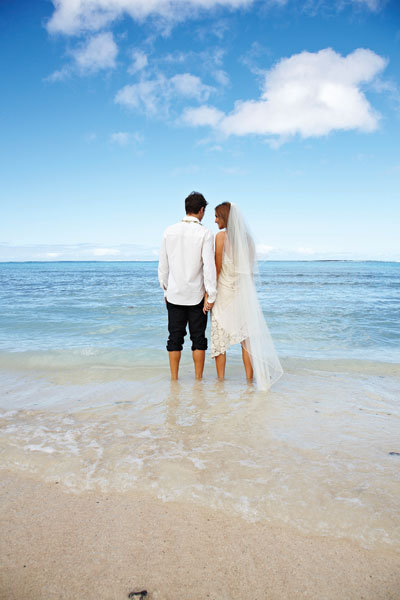 bride and groom in the cook islands