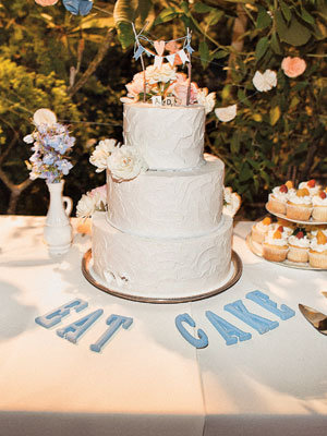 how to pick the perfect wedding cake choosing the wedding cake bridalguide 16092