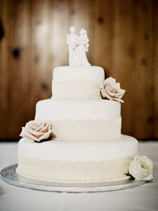 simple chic wedding cakes we love bridalguide. Black Bedroom Furniture Sets. Home Design Ideas