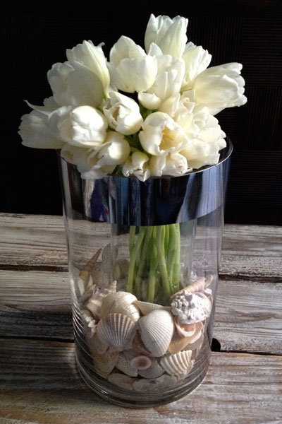 diy centerpiece tulips seashells