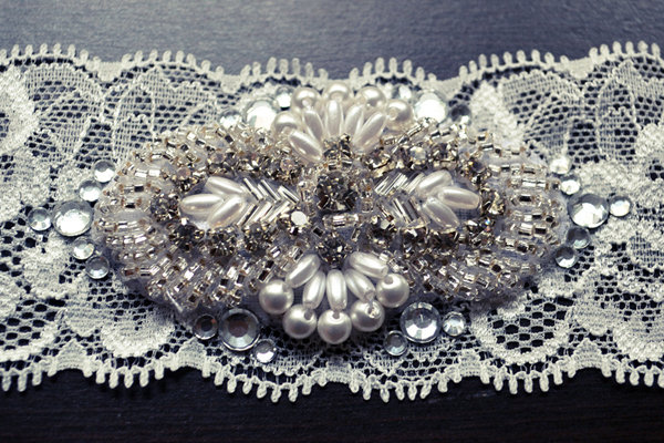 Diy we love wedding garter bridalguide garter with rhinestones solutioingenieria Images